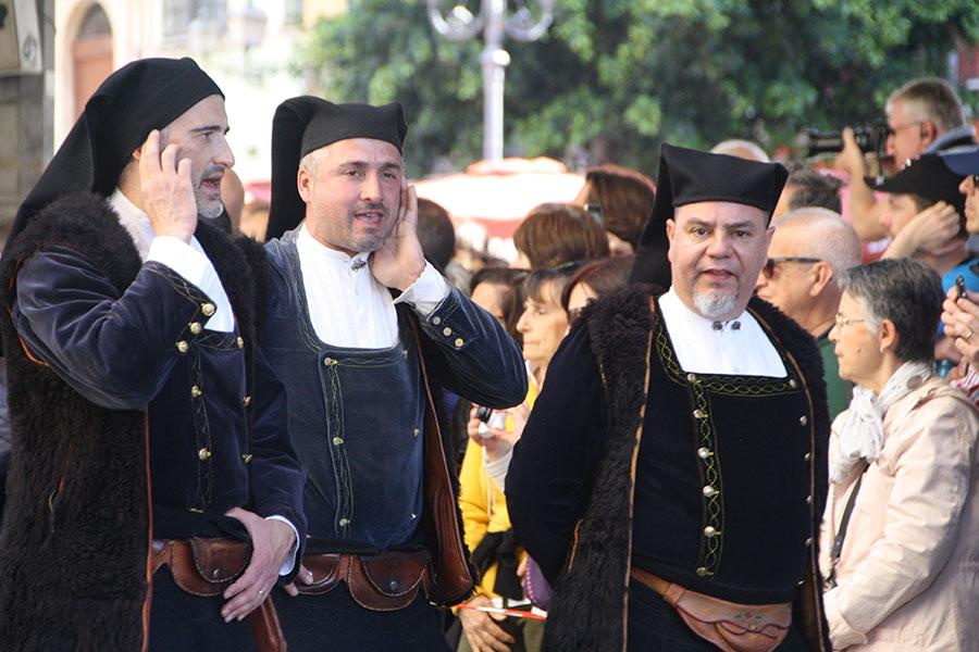Uomini in costume sardo