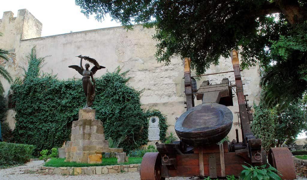 il cortile del castello di sanluri, con vista della statua e della catapulta